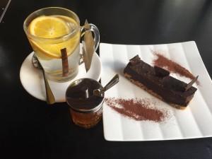 קינוח עוגת פררו רושה ותה בריאות