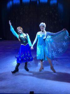 אנה ואלזה במופע של דיסני