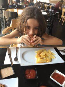 ירין-הזמין-מנת-ילדים-המבורגר-וציפס